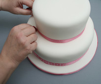 How to Stack and Dowel a Cake - guide from www.cakesandsugarcraft.com
